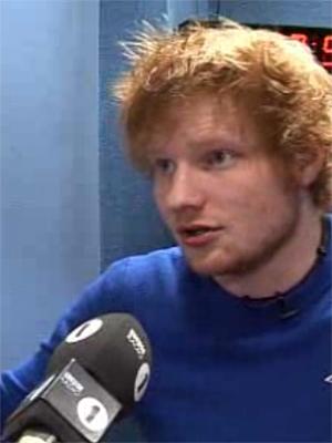 Ed Sheeran sier til BBC at han mener man bør droppe skole og heller forsøke å lære av andre musikere og bransjen. Foto: Skjermdump.