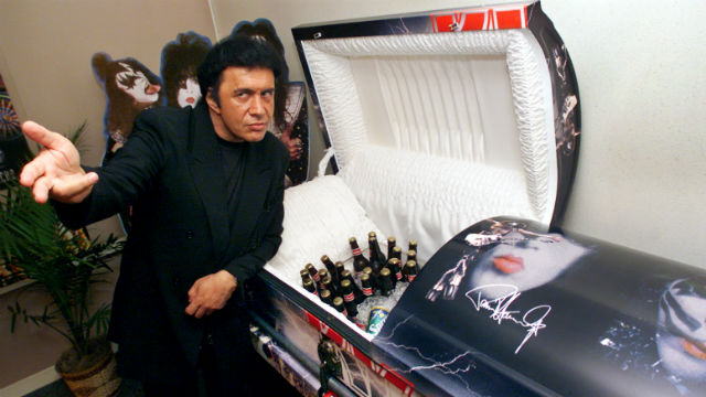 Gene Simmons viser frem en av Kiss-kistene (Foto: NTB Scanpix, Richard Drew, AP Photo).