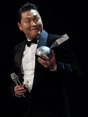 Koreanske Psy ble historisk på årets MTV EMA da han som første asiat mottokk prisen for beste video. Foto: NTB Scanpix / Daniel Roland, AFP Photo.