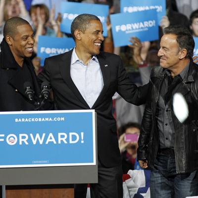 Bruce Springsteen avbildet med Jay-Z og USAs president Barack Obama under valgkampanjen tidligere denne måneden. (Foto: NTB Scanpix, AP, Tony Dejak)