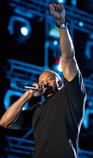 Dr. Dre er rapperen og produsenten som også er ansikt utad for heaset-produsenten Beats By Dre. Foto: NTB Scanpix / David McNew, Reuters.