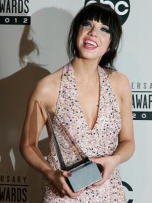 """Carly Rae Jepsen, her på American Music Awards der hun ble kåra til Årets Nykommer, har ifølge David Penn den perfekte poplåta i """"Call Me Maybe"""". Foto: NTB Scanpix / Jonathan Alcorn, Reuters."""
