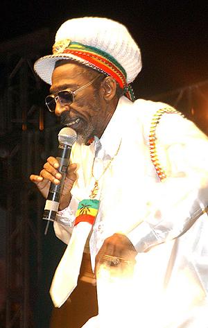 Bunny Wailer, et av de orignale medlemmene av Bob Marleys band The Wailers, er en av de som er skeptiske til Snoop Doggs lefling med rastafaribevebelsens symboler. Foto: NTB Scanpix / Collin Reid, AP Photo.
