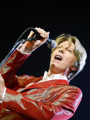 David Bowie på scenen i Paris 2002. (Foto: NTB Scanpix, AFP, Martin Bureau)