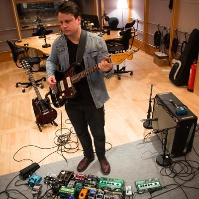 Hans Jørgen Undelstvedt spelar i Heroes & Zeros, eit band med mykje inspirasjon i effektboksane.