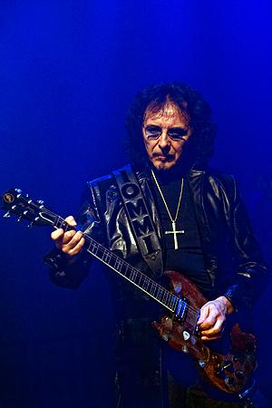 Tony Iommi, her fra en konsert med Heaven and Hell i Oslo Spektrum i 2009, er Black Sabbath gitaristen som måtte lære seg å spille gitar på nytt igjen etter at han mista tuppen av to fingre i en ulykke. Foto: Terje Bendiksby, NTB Scanpix.