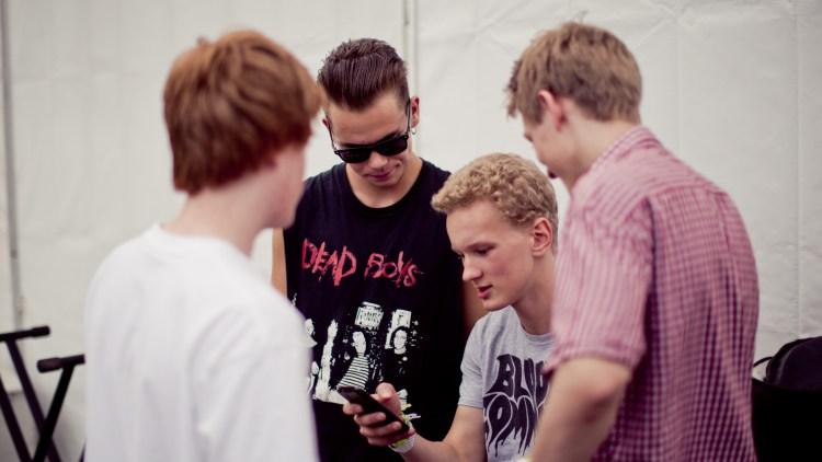 Sveinung omringet av gutta. (Foto: Tom Øverlie, NRK P3)