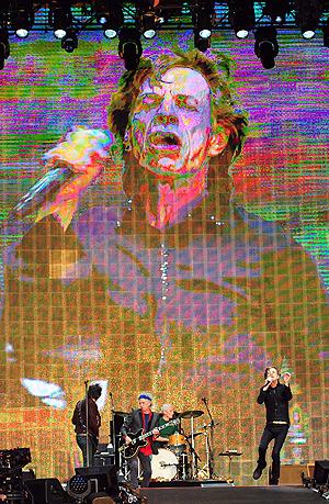 Mick Jagger på scenen med resten av The Rolling Stones under årets Glastonbury-festival. Foto: NTB Scanpix / Andrew Cowie, AFP.