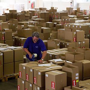 En ansatt på lageret til GZ Media pakker esker med vinylplater som skal ut i platebutikkene. Foto: NTB scanpix / Petr Josek, Reuters.