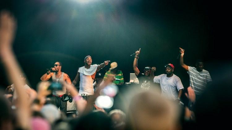 Method Man (i singlet) prøver å fyre opp publikum på Øya. (Foto: Tom Øverlie, NRK P3)