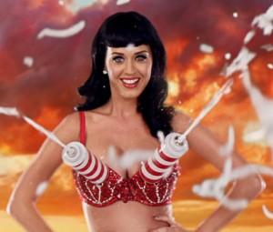"""Katy Perry med sin modifiserte BH i musikkvideoen til """"California Gurls"""". Foto: Promo"""