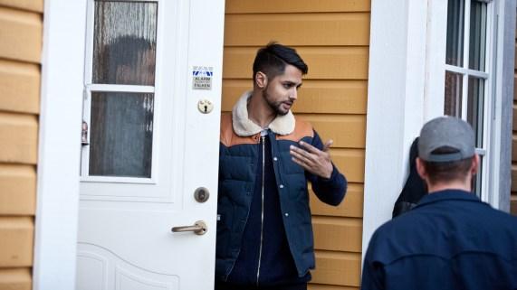 Chirag ordner i hjemmet før den spesielle P3sessionen fra hans egen hage. (Foto: Kim Erlandsen, NRK P3)