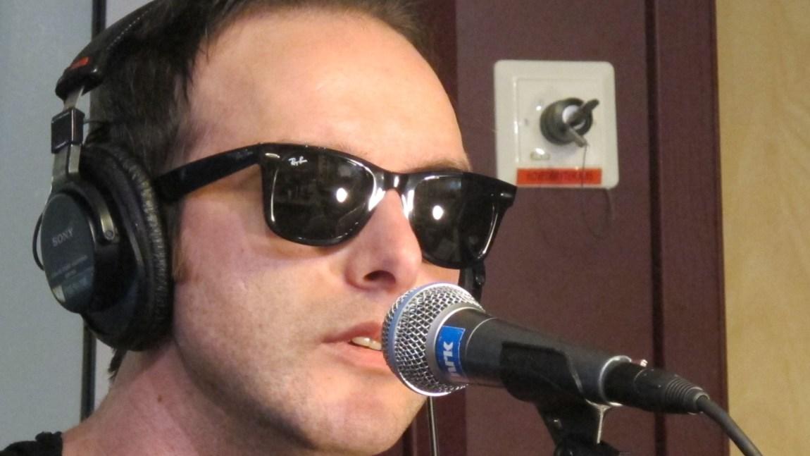 Vokalist James Allan stilte med solbriller live i studio. Foto: Beate Grøndahl.