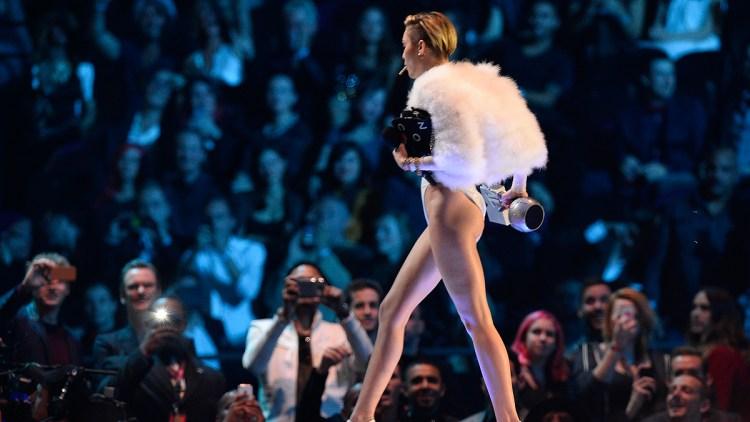 Miley Cyrus fyrte opp noe som kunne minne om en joint på scenen under årets MTV EMA. Foto: NTB Scanpix / Remko De Waal, Reuters.