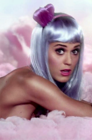 Katy Perry er blant artistene som har måttet tåle kritikk for å vise mye hud og å spille på sex i sine musikkvideoer. Foto: Skjermdump.