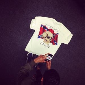 En av t-skjortene Kanye West selger på turneen sin. Foto: virgilabloh/Instagram