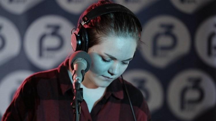 Matilda på besøk hos Christine på P3. (Foto: NRK/P3)