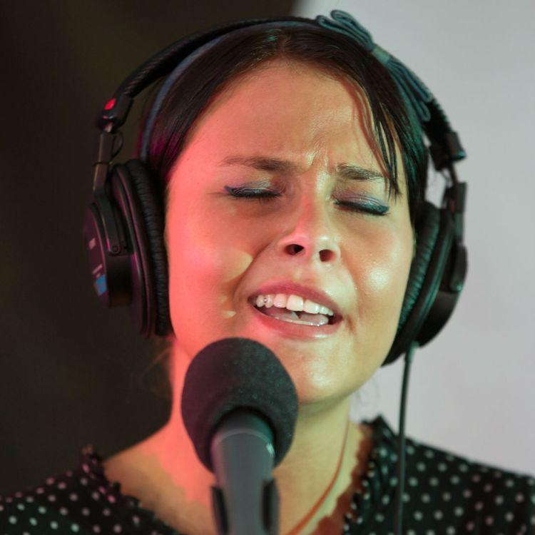Andrea Dahle på besøk hos Christine. Foto: Jonas Lisether, NRK P3