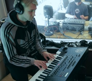 Mathias Stubø i Proviant Audio bak synthen. (Foto: Jonas Lisether, NRK P3)