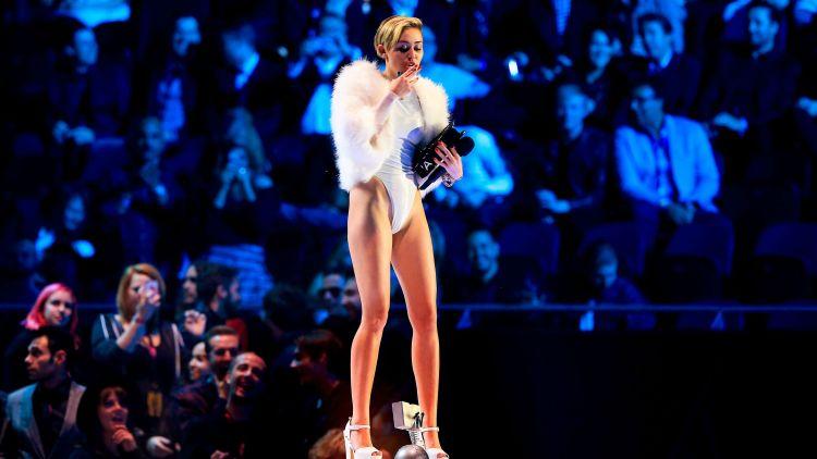 Miley feiret pris for beste musikkvideo med å tenne seg en joint på scenen. Foto: NTB Scanpix