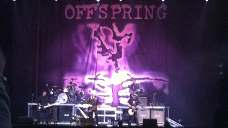 Vi beklager: På grunn av fotorestriksjoner ble vi nødt til å bruke mobilbilder av The Offspring i stedet. Foto: NRK P3.