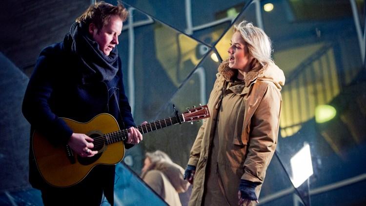 """Ina Wroldsen og gitarist Tommy Kristiansen fremfører """"Aliens"""". Foto: Tom Øverlie, NRK P3"""