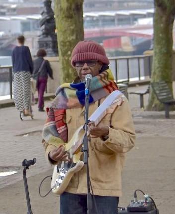 Nile Rodgers ble ikke gjenkjent da han gjorde improvisert konsert som gatemusikant. Foto: twitter.com/nilerodgers