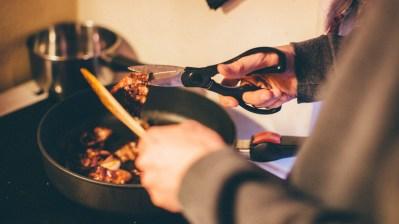 Lars Vaular steiker bacon med to hvitløk. Foto: Mattis Folkestad, NRK P3.