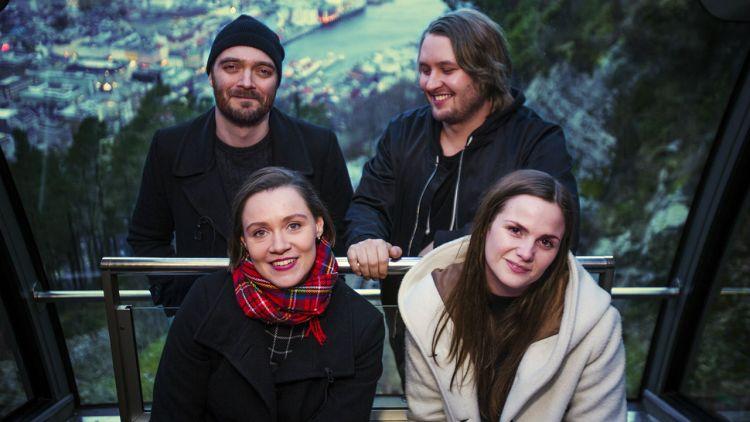 """Fredrik Vogsborg (øverst til venstre), Einar Olsson, Silja Sol Dyngeland og Linn Frøkedal på spilte """"Trærne"""" under P3 Spanderer-fanen. Foto: Li-Lian Ahlskog Hou, NRK P3"""