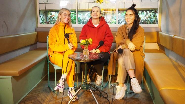 TOLKER BILLIE EILISH: Christine Dancke med Julie Bergan og Ingrid Helene Håvik. Foto: Anna Kristine Valderhaug, Vrang/NRK P3
