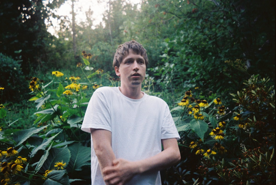 Hans Olav Settem står utandørs, med skog i bakgrunnen.