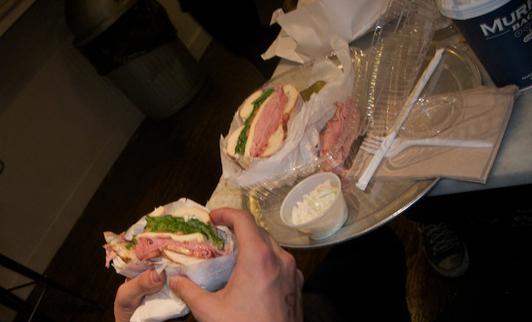 Kvalm skinkefrokost på Murray's Bagels. (Foto: Simon Says No!)