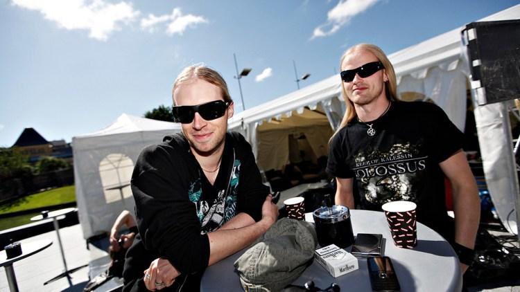 Metal-gutta koste seg i solen i Bergen i forkant av Topp 20-konserten. (Foto: Erlend Lånke Solbu)