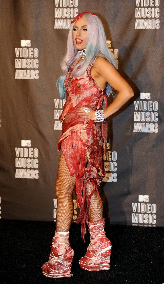 Kjøttkjolen til Gaga i sin helhet. Hva synes du? (Foto: Scanpix)