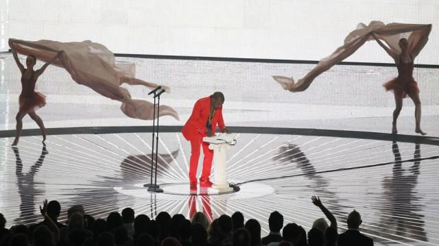 Høflig opptreden fra Kanye West i år, flankert av trippende ballettdansere(!). (Foto: Scanpix)