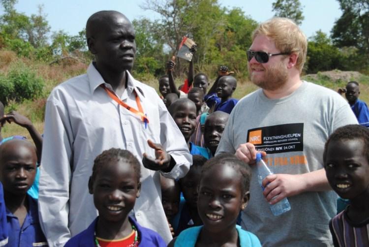 Ken sammen med skolebarn og rektor på skolen for hjemløse. (Foto: Kathinka Devold Kjellsen)
