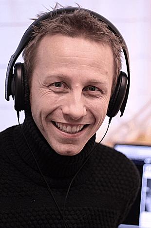 Grafiker Jørgen B. Leangen (34) jobber gjerne med Urørt-musikk på øret. (Foto: Kristin Evensen Giæver)