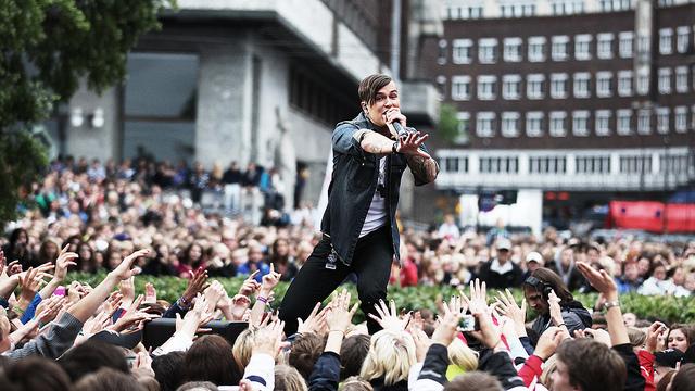 """Atle Pettersen fremførte """"Shine"""" under Topp 20 på Rådhusplassen. (Foto: Tom Øverlie, NRKP3)"""
