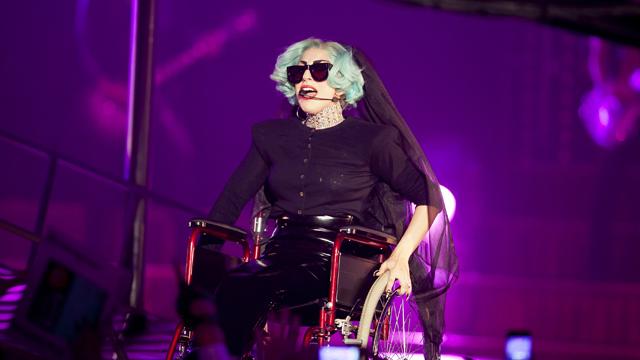 Lady Gaga er kjent for sine sceneshow. Her entret hun scenen i Sidney nylig, i en rullestol. (Foto: Rauters, Scanpix)