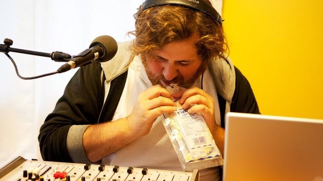 Ronny smaker på tørrfisk. (Foto: Tom Øverlie, NRK P3)