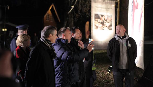 Støre,  Werner Anderson og Kronprins Haakon ser på bilder (Foto: NRK)