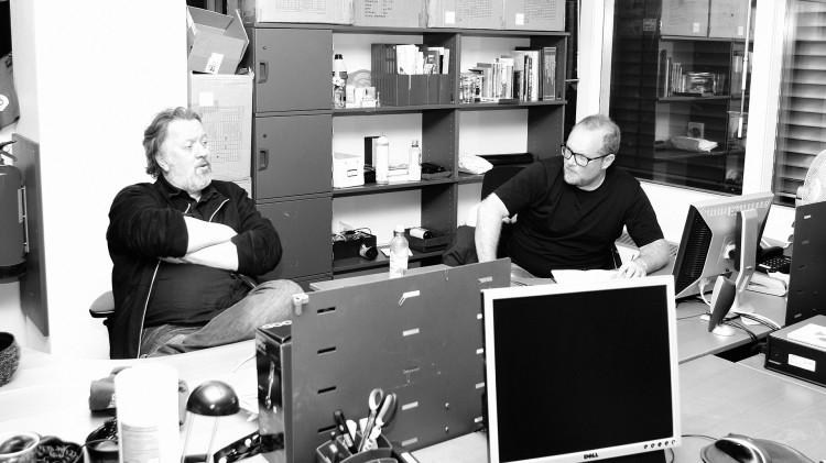 Bjørn og Steinar diskuterer på kontoret (Foto: Kristoffer Pettersen Rambøl, NRK P3).