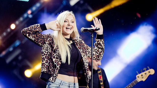 Astrid Smedplass fra Idol på scenen under Topp 20 på Rådhusplassen. (Foto: Tom Øverlie, NRKP3)