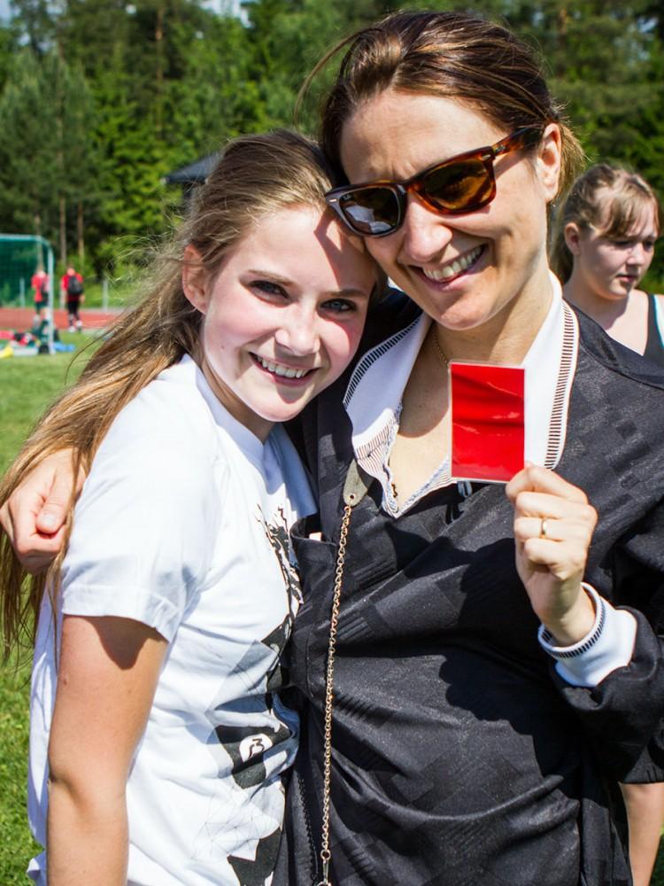 Silje ga Leah rød kort for spytting på motstander, men skulle egentlig bare overraske henne med billetter til Rådhusplassen. Foto: Mina Knudsen, NRK P3