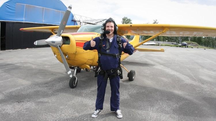 Niklas Baarli hopper i fallskjerm. (Foto: Erlend Lånke Solbu)