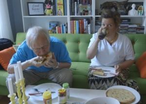 Arne og Else nyter en porsjon taco på fredagskvelden.