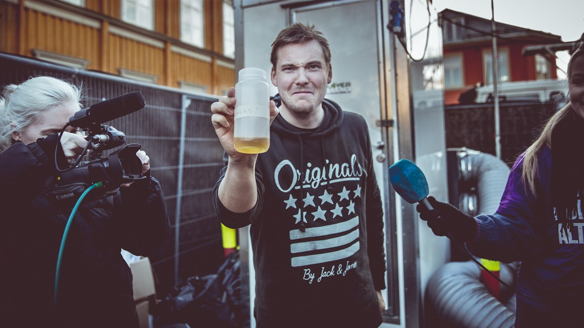 Niklas viser frem sitt urin! Foto: Jonas Jeremiassen Tomter, NRK P3