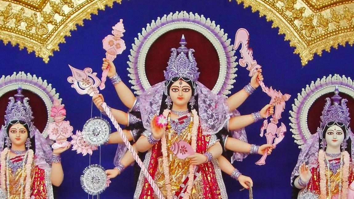 Durga (i midten) blir som regel avbildet med åtte eller ti armer. (Foto: Joydeep, Wikimedia Commons)