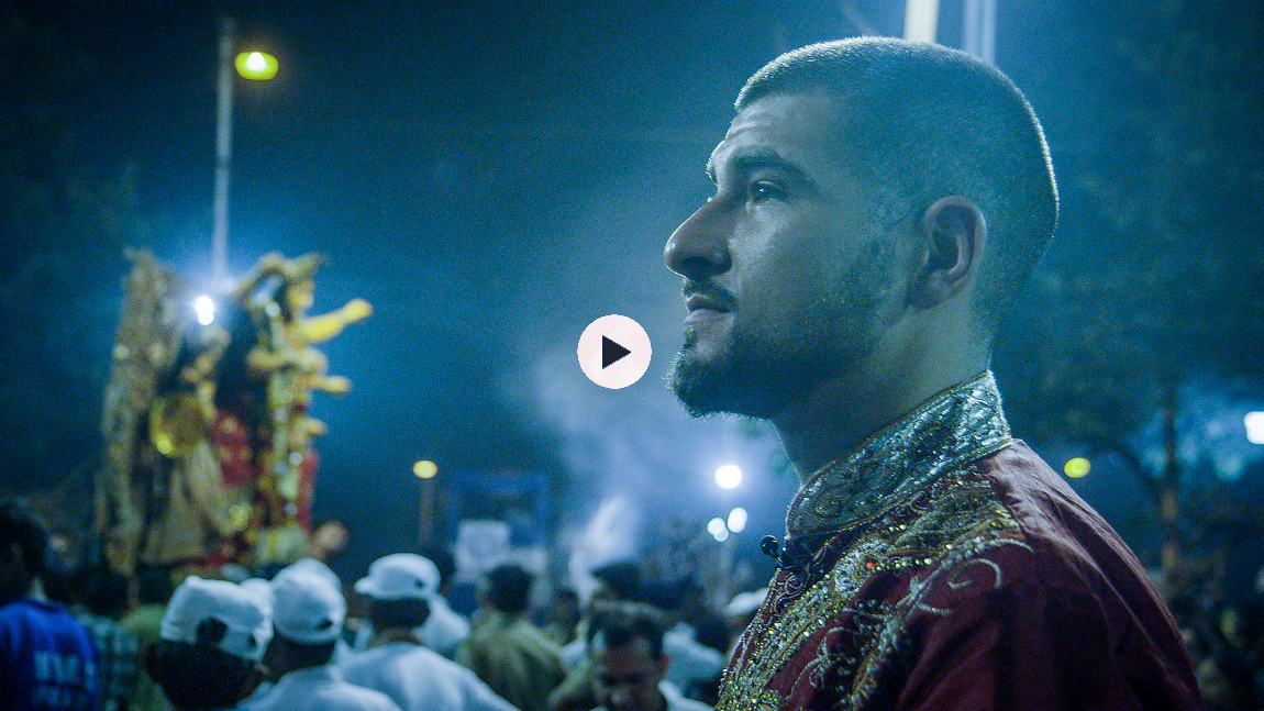 Se episoden der Leo besøker Durga Puja her
