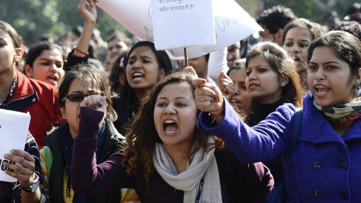 Tusenvis av indere tok til gatene og samlet seg utenfor politiets hovedkontor etter gjengvoldtekten i New Delhi 19. desember 2012. (Foto: NTB Scanpix, Sajjad Hussain)